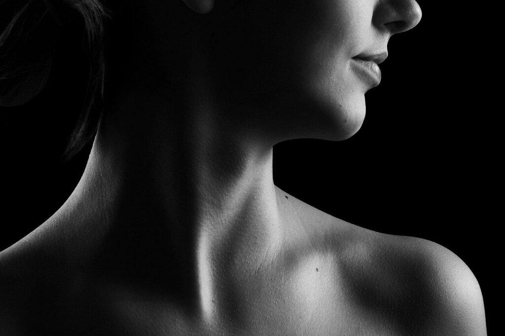 Falten am Hals entfernen